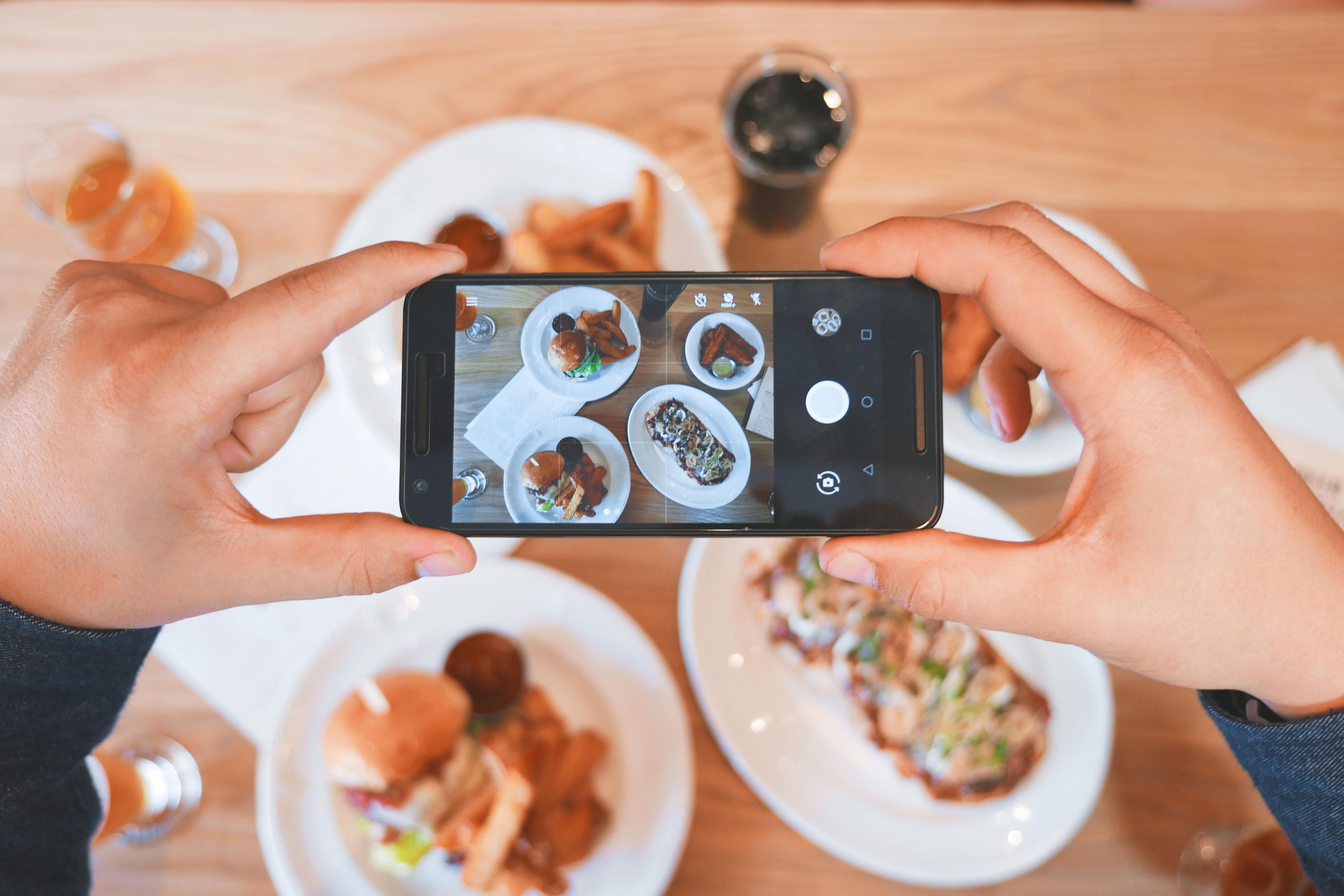 Hospitality Marketing - Instagram - Horeca - Restaurant, Café, Hotel - Tremento - Woman taking photo of food